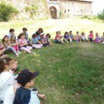 bambini seduti in cerchio